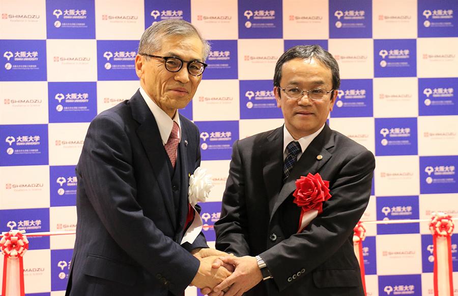 上田社長㊨と西尾大阪大学総長