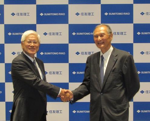 握手を交わす松井会長㊧と清水社長