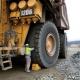 鉱山現場における超大型ダンプ車両に装着されたORタイヤ