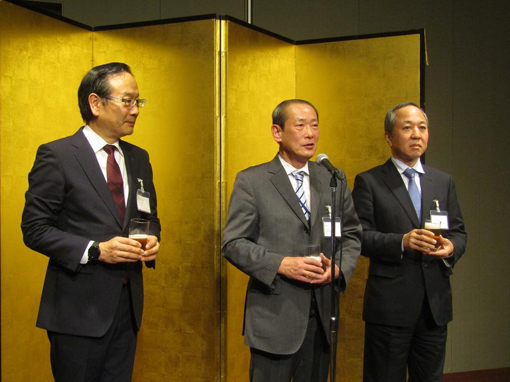 ㊧から依田会長、乾杯の音頭をとる鈴木副会長、松井副会長