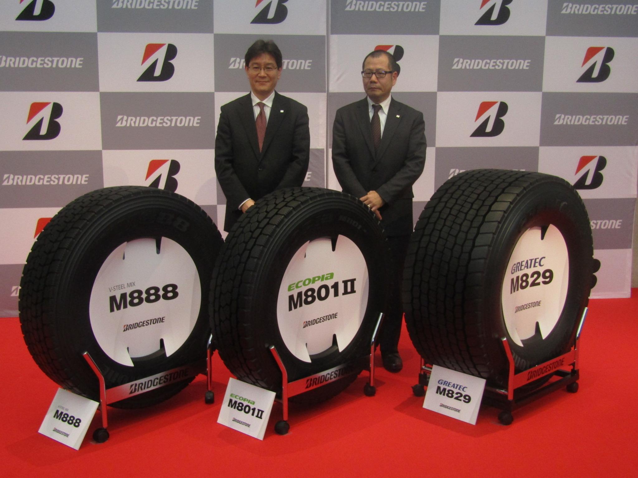 ㊧からブリヂストンの高城執行役員、ブリヂストンタ イヤジャパンの末松執行役員。タイヤ新製品は㊧から M888、エコピアM801Ⅱ、グレイテックM829