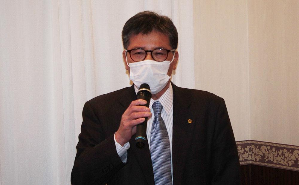 あいさつする十川副会長