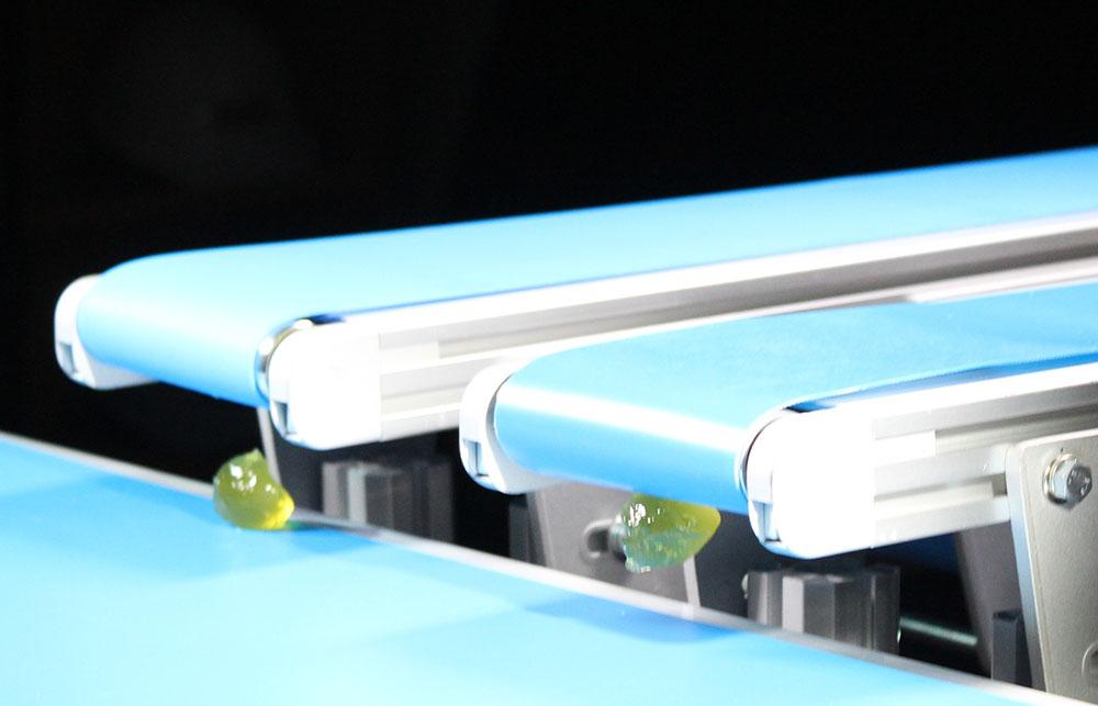 左がミスターシルキータッチで右が従来品。ベルト表面のはく離性と滑り性に優れる
