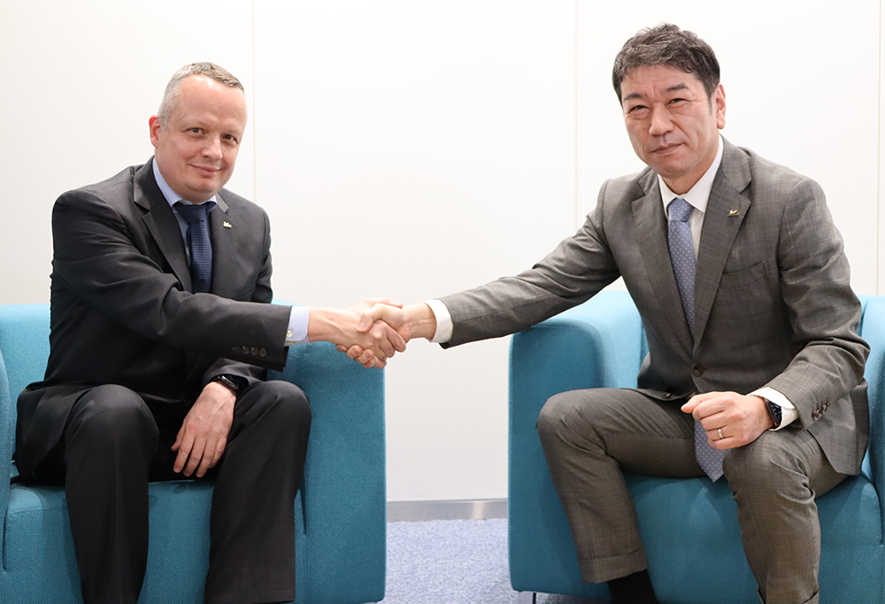 握手を交わすペリニオ前社長㊧と須藤新社長