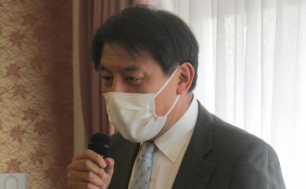 あいさつする霜田新会長
