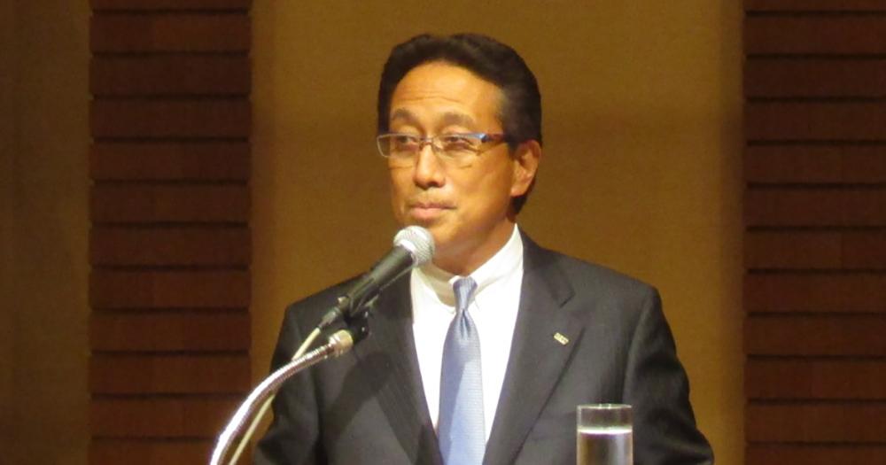 抱負を述べる塩谷新理事長