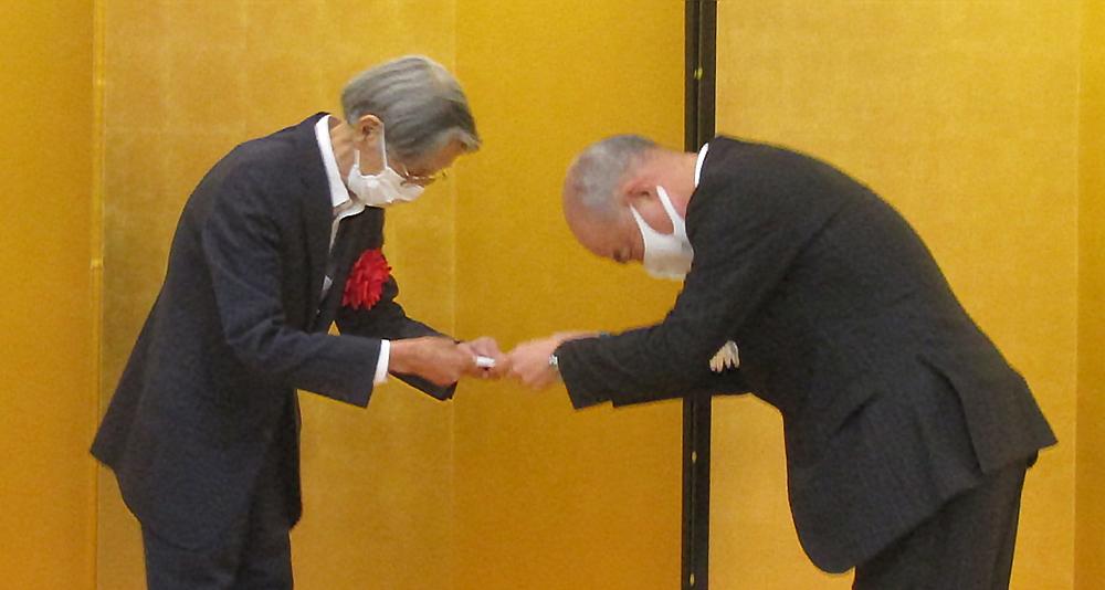 早川会長㊧に記念品を手渡す池田会長