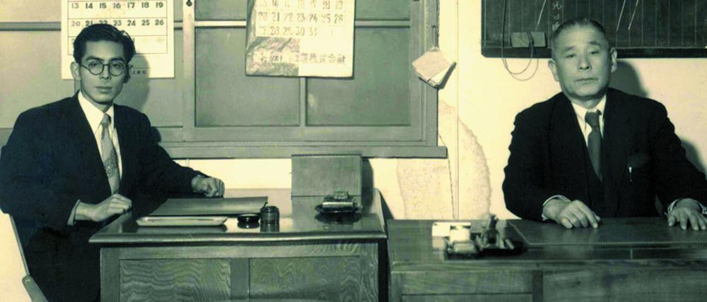 初代社長の善蔵氏㊨と2代目社長の善一郎氏(1953年)