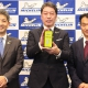 ㊧からミシュランの田中常務執行役員、須藤社長、富士運輸の松岡社長